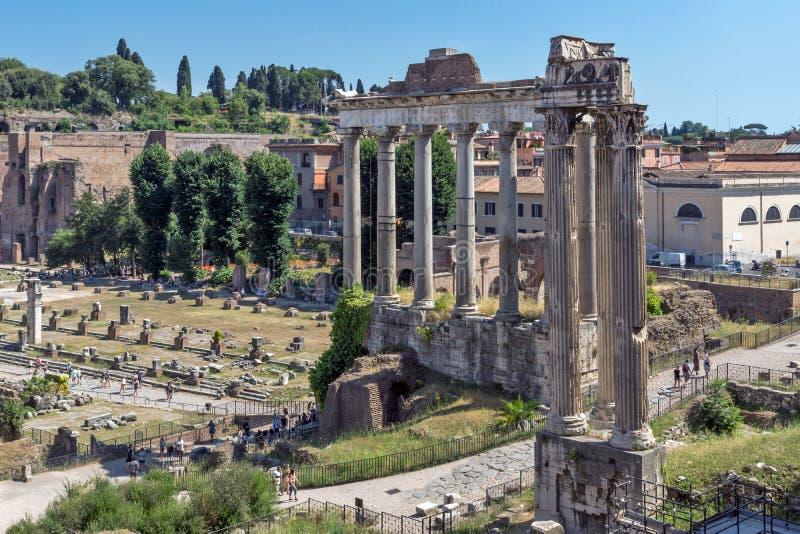 Tempel av Saturn på Roman Forum, sikt från den Capitoline kullen i stad av Rome, Italien arkivbilder