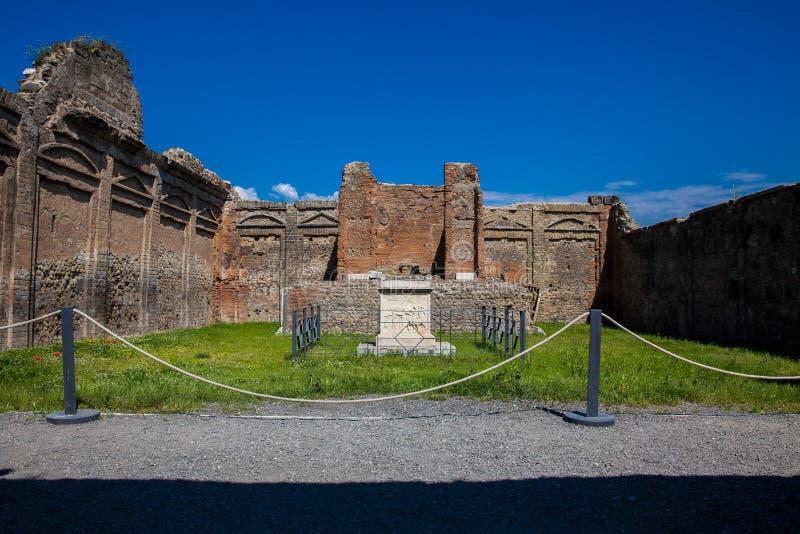 Tempel av snille Augusti på den forntida staden av Pompeii royaltyfria foton