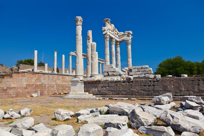 Tempel av Trajan på acropolisen av Pergamon i Turkiet royaltyfria foton