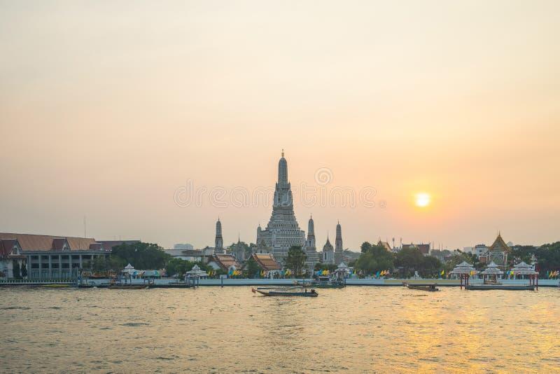 Tempel Bangkoks Wat Arun mit Chao Phraya River in Bangkok, Thailand stockfoto