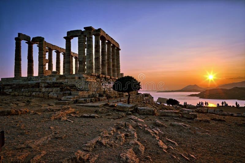Tempel bei dem Sonnenuntergang auf dem Meer stockfotografie