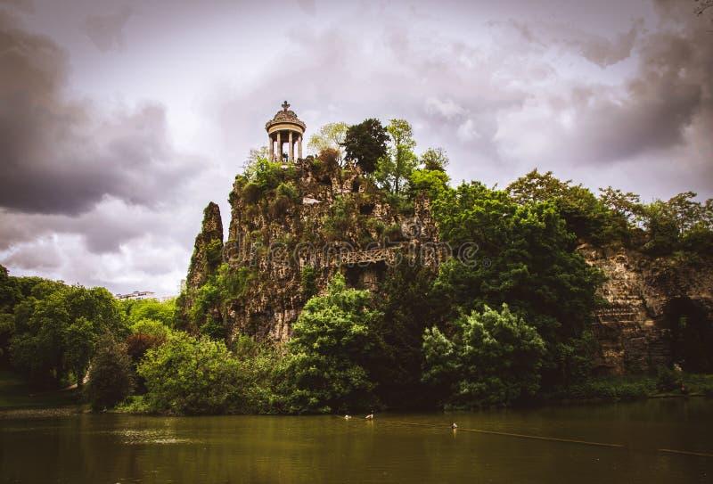 Tempel de la Sibylle i den Parc desen Buttes Chaumont i Paris, Frankrike arkivbilder