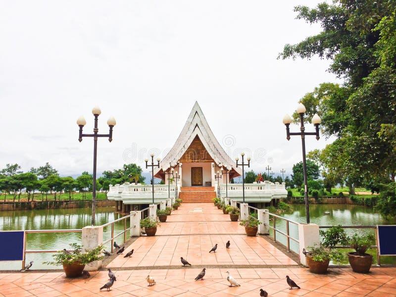 Tempel in de vijver in Wat Si Khom Kham, Phayao, Thailand Mooi van historische stad bij boeddhismetempel royalty-vrije stock afbeelding