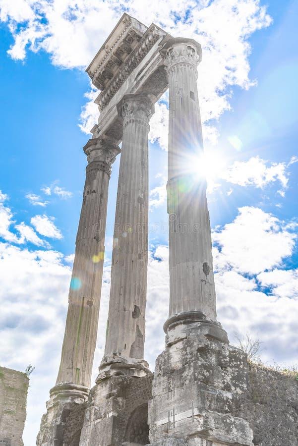 Tempel der Gießmaschine und des Pollux, italienisch: Tempio-dei Dioscuri Alte Ruinen von Roman Forum, Rom, Italien stockbild