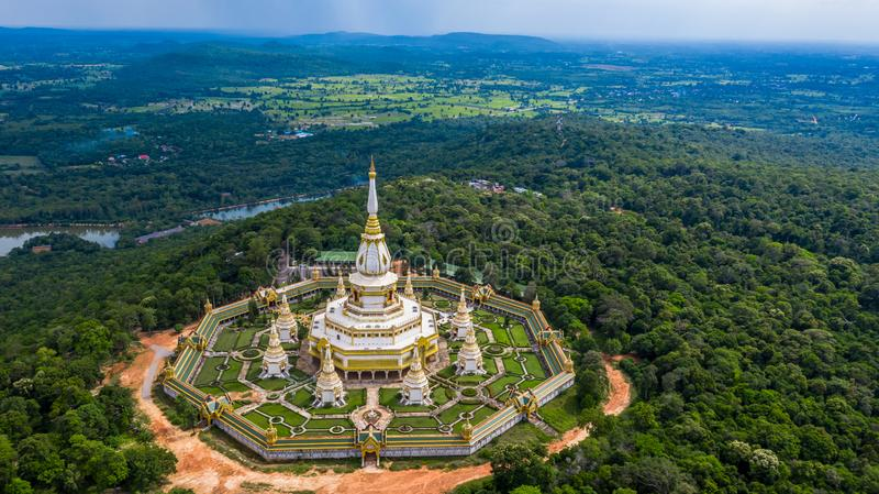 Tempel der Vogelperspektive Phra Maha Chedi Chai Mongkol oder Phanamtip, Roi Et, Thailand lizenzfreie stockfotografie