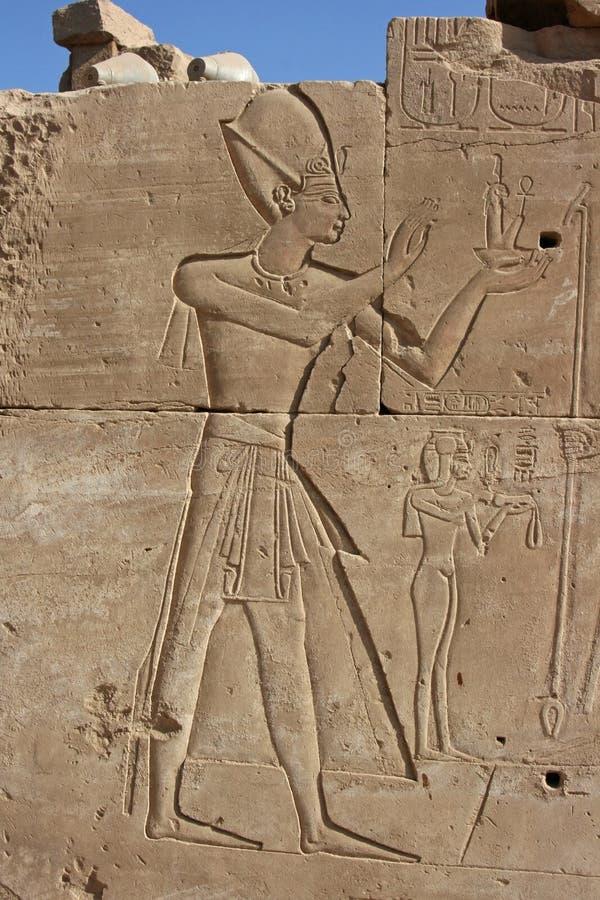 Tempel des Karnak-Wand-Frieses, das ein pharoah darstellt lizenzfreie stockfotos