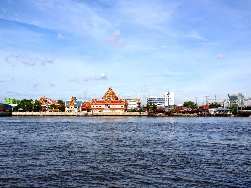 Tempel dichtbij rivier en mooie achtergrond royalty-vrije stock fotografie