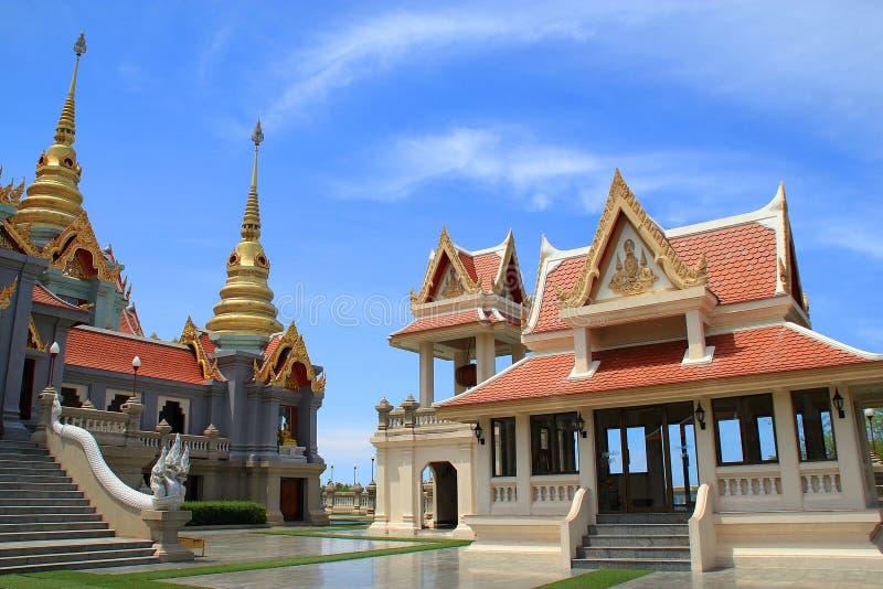 Tempel en groot paleis royalty-vrije stock afbeeldingen