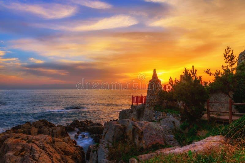 Tempel en zonsopgang in Busan-stad in Zuid-Korea royalty-vrije stock afbeelding