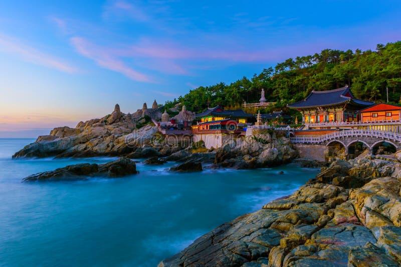 Tempel en zonsopgang in Busan-stad in Zuid-Korea stock foto