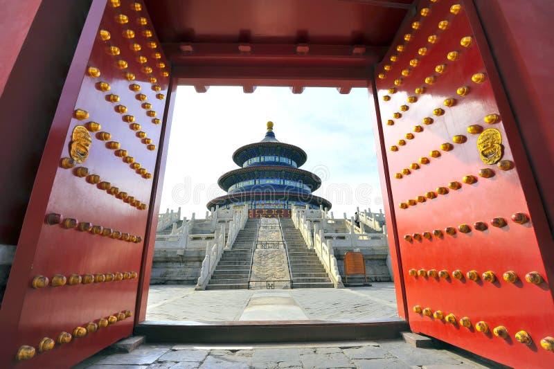 tempel för porslinporthimmel till royaltyfri fotografi