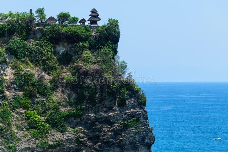 Tempel för Pura luhuruluwatu på klippan med härlig sikt av det blåa indiska havet i Bali, Indonesien royaltyfria bilder