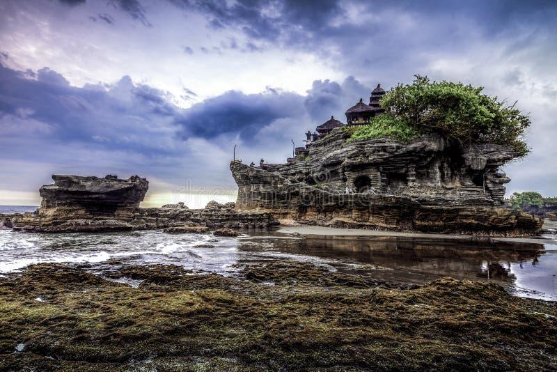 Tempel för Tanah lottvatten i Bali Indonesien naturlandskap Famo fotografering för bildbyråer