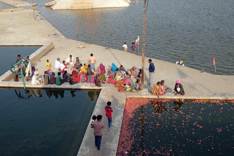 Tempel, Gebäude und ghats am heiligen Pushkar See, Indien lizenzfreies stockfoto