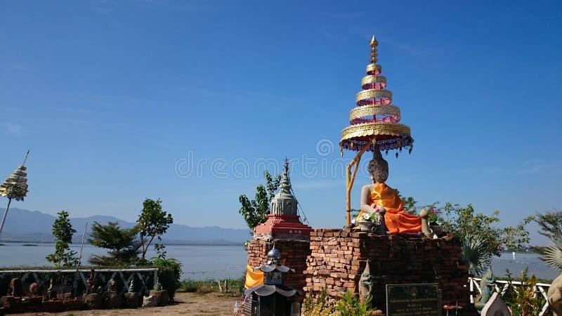 Tempel in het midden van het meer wordt gebouwd dat royalty-vrije stock foto's