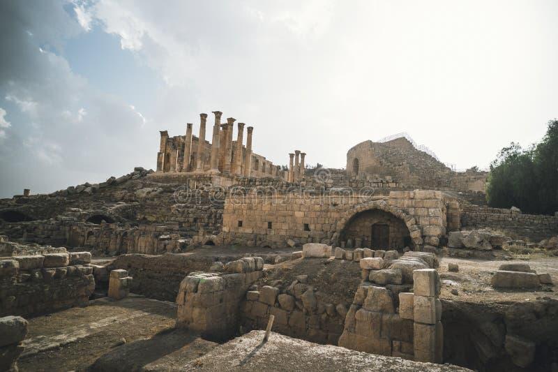 Tempel i den forntida romerska staden av Gerasa, moderna Jerash, Jordanien Gamla kolonner av forntida byggnader på den blåa himle fotografering för bildbyråer
