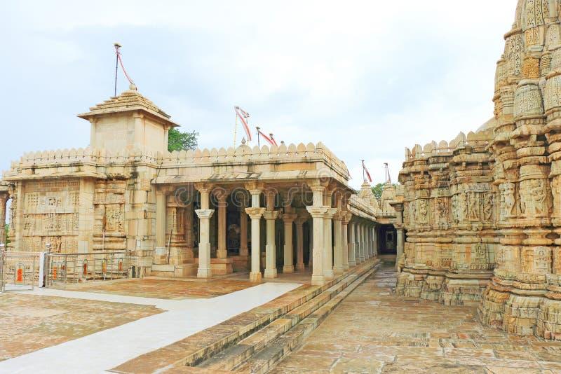 Tempel i det massiva Chittorgarh fortet och jordning rajasthan Indien arkivbild