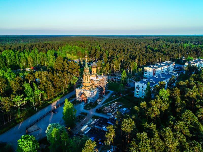 Tempel i mitt av skogen i den Leningrad regionen, Ryssland foto från en höjd royaltyfria bilder