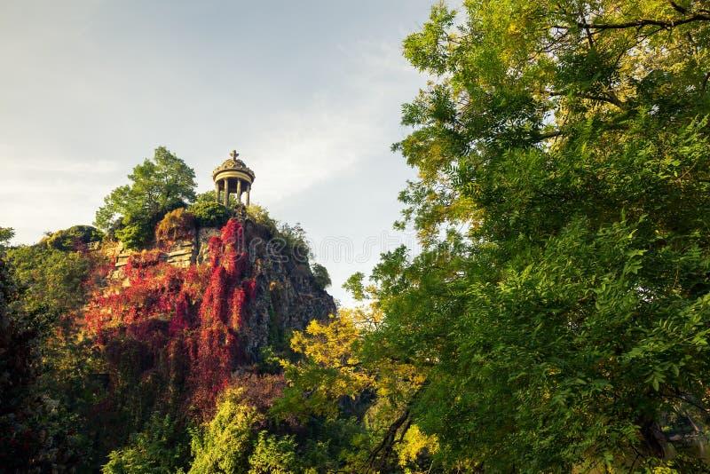 Tempel i parkera Buttes Chaumont, Paris, Frankrike fotografering för bildbyråer