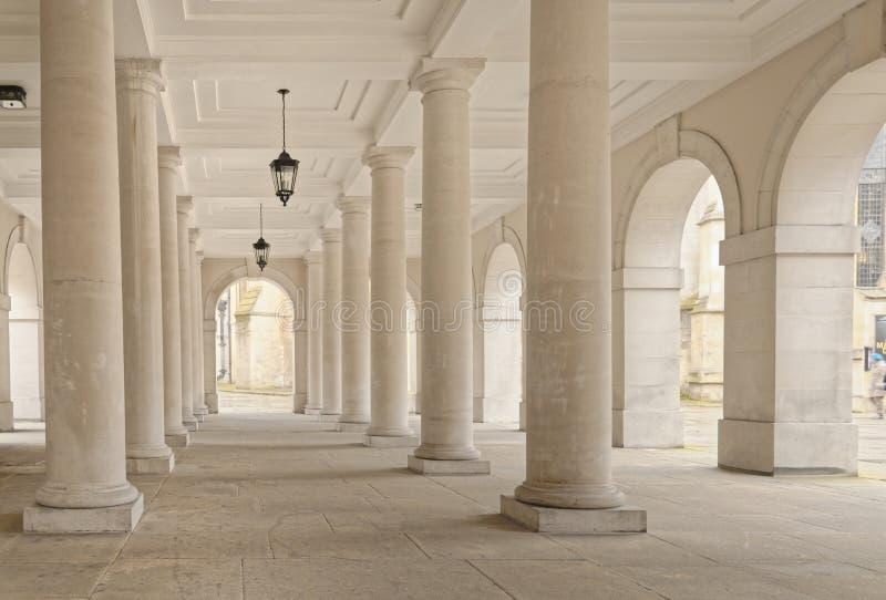 Tempel london, England: kolonnadlampor arkivbild