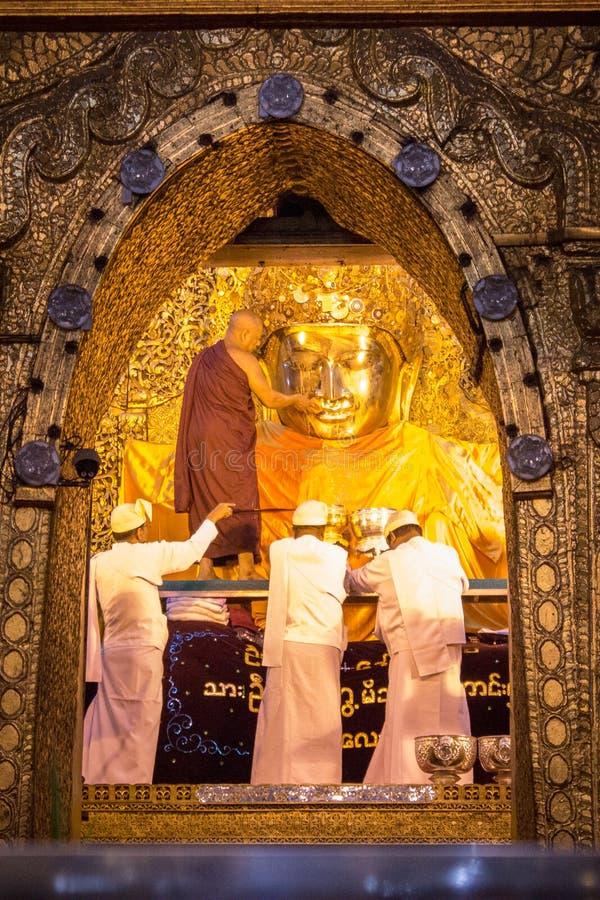 Tempel Mahamuni Buddha, Mandalay Myanmar - 25. Juli 2018: Waschen lizenzfreie stockfotos