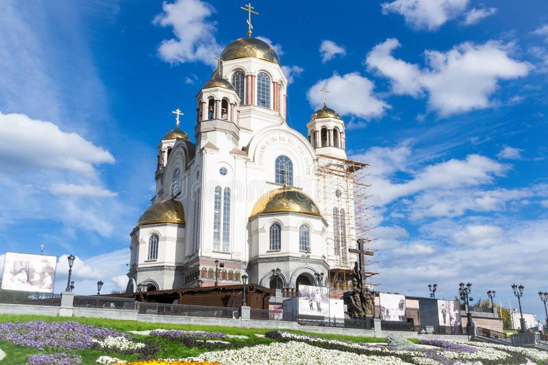 Tempel med guld- kupoler mot den blåa himlen arkivfoto
