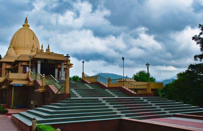 Tempel med stormiga moln runt om den som ser härlig och storslagen royaltyfri foto