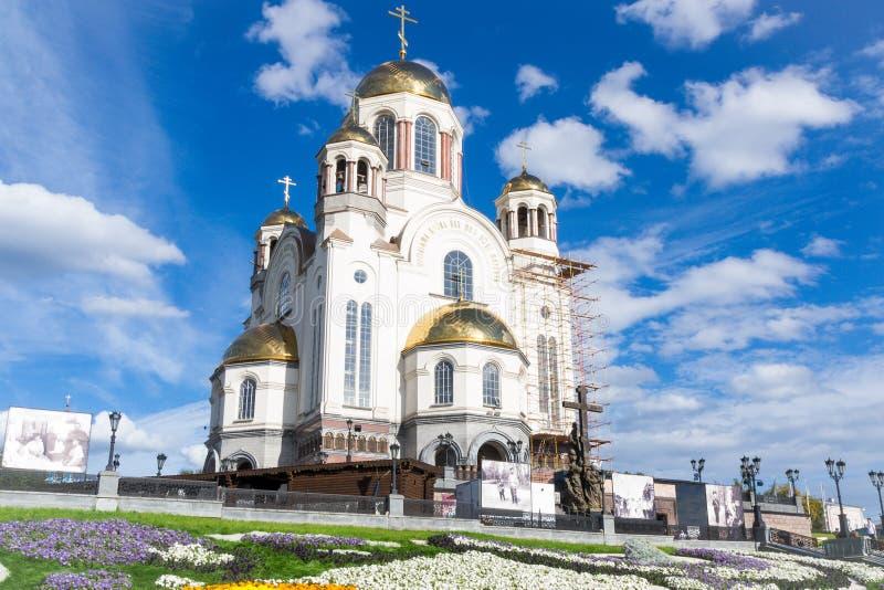 Tempel met gouden koepels tegen de blauwe hemel stock foto