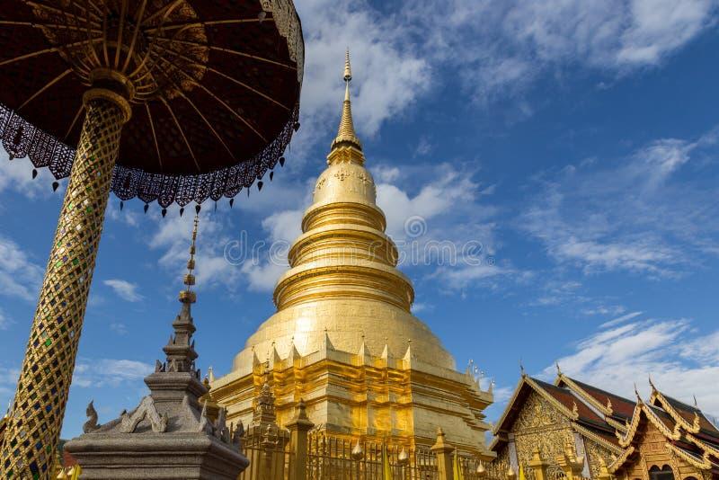 Tempel och guld- stupa royaltyfri fotografi