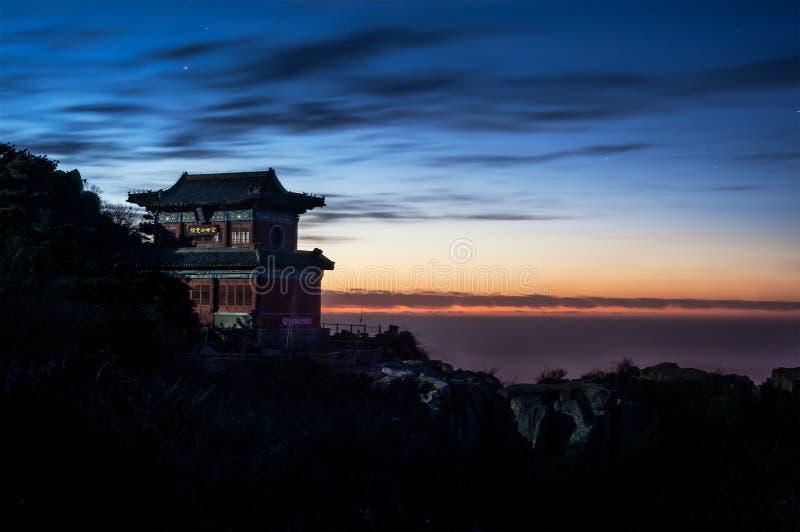 Tempel och solnedgång på toppmötet av Taishan, Kina royaltyfria bilder