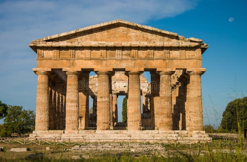 Tempel på den Paestum Italien frontalen royaltyfri fotografi