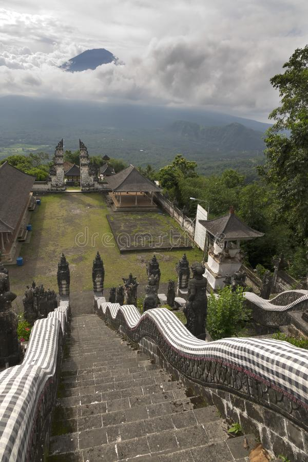 Tempel Pura Lempuyang und Ansicht eines Vulkans Agung bali indonesien stockbilder