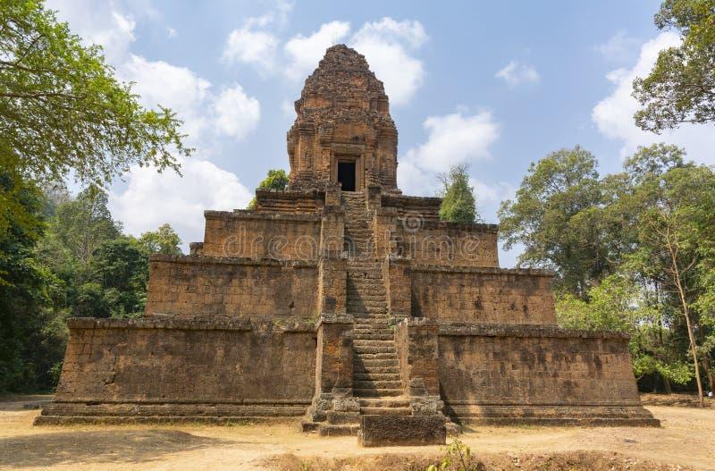 Tempel-pyramid av det 10th århundradet Gravvalv av konungen Harshavarman First arkivfoton