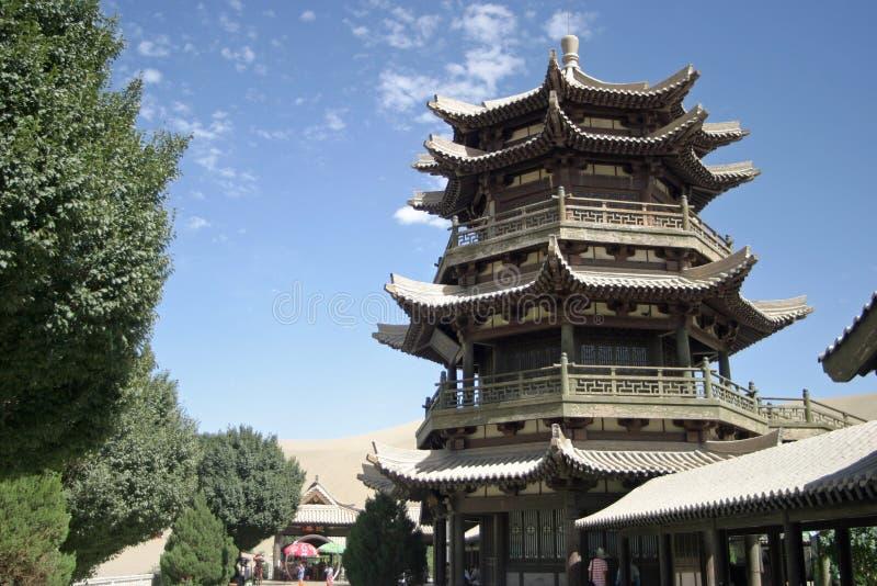 Tempel in Toenemend meer, Mingsha Shan royalty-vrije stock afbeelding