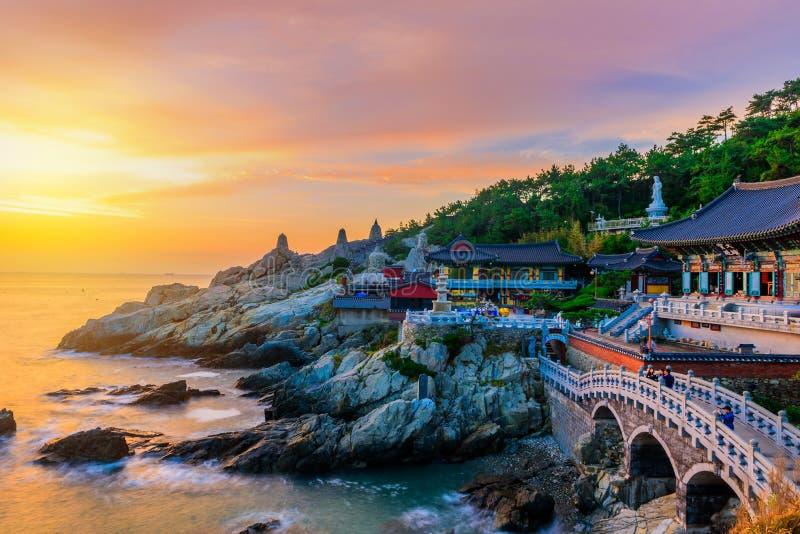 Tempel und Sonnenaufgang in Busan-Stadt in Südkorea stockbild