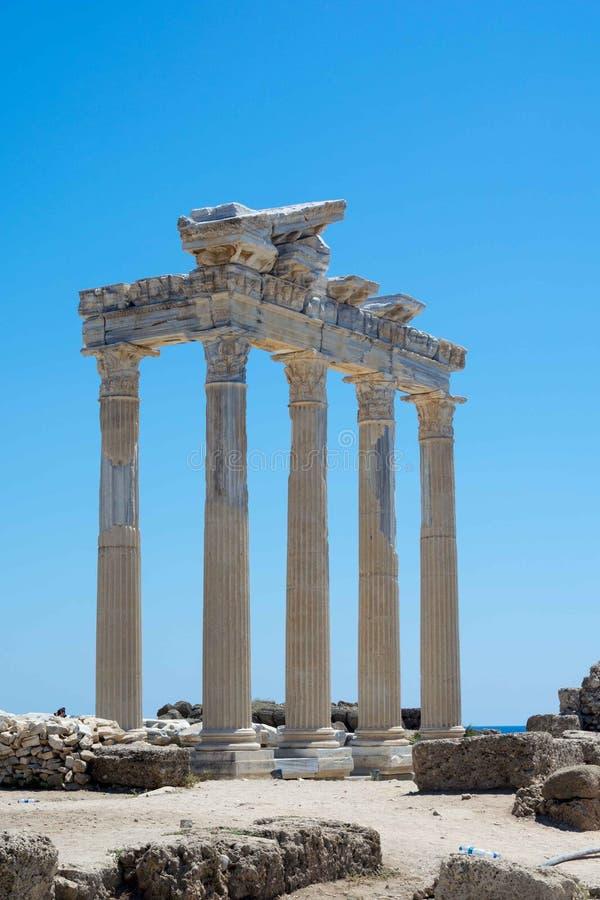 Tempel van Appalon in Kant Mooie oude ruïnes op een blauwe hemelachtergrond Sightseeing op de kust van het overzees van stock afbeeldingen