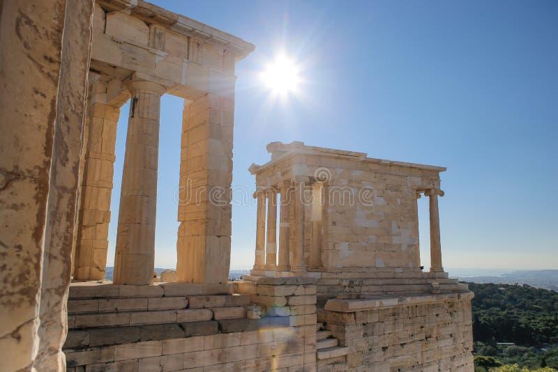 Tempel van Athena Nike op de Akropolis van Athene op een duidelijke zonnige dag stock fotografie