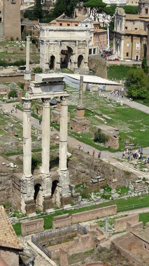 Tempel van Bever & Pollux in Roman Forum De ruïnes van oud Rome in het hart van Rome stock afbeelding