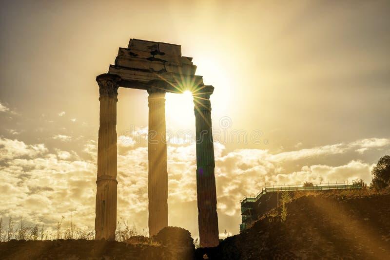 Tempel van Bever & Pollux in Roman Forum in Rome stock afbeeldingen