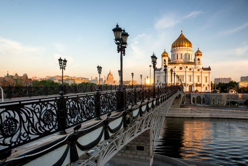 Tempel van Christus de Verlosser en de voetbrug. Moskou, Rusland stock afbeeldingen