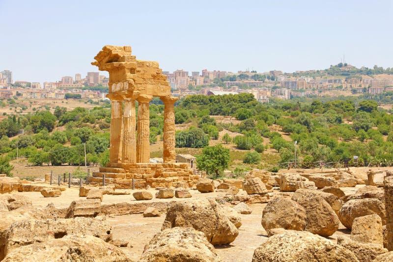Tempel van de Bever en Pollux van Dioscuri Beroemde oude ruïnes in Vallei van de Tempels, Agrigento, Sicilië, Italië Unesco-Werel royalty-vrije stock foto's