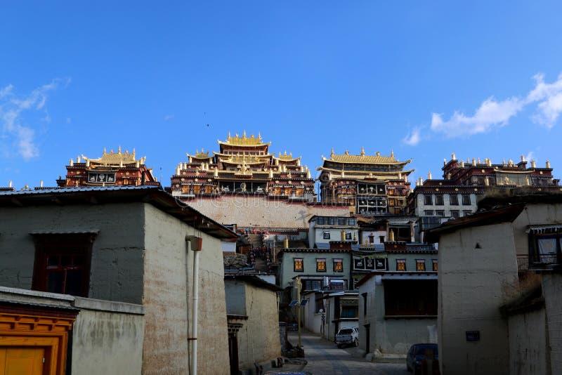 Tempel van de stijl van Tibet in Shangrila, Yunnan, China stock afbeeldingen
