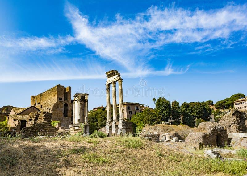 Tempel van Dioscuri - Tempel van Bever en Pollux - in Roman Forum, Rome, Italië stock foto's