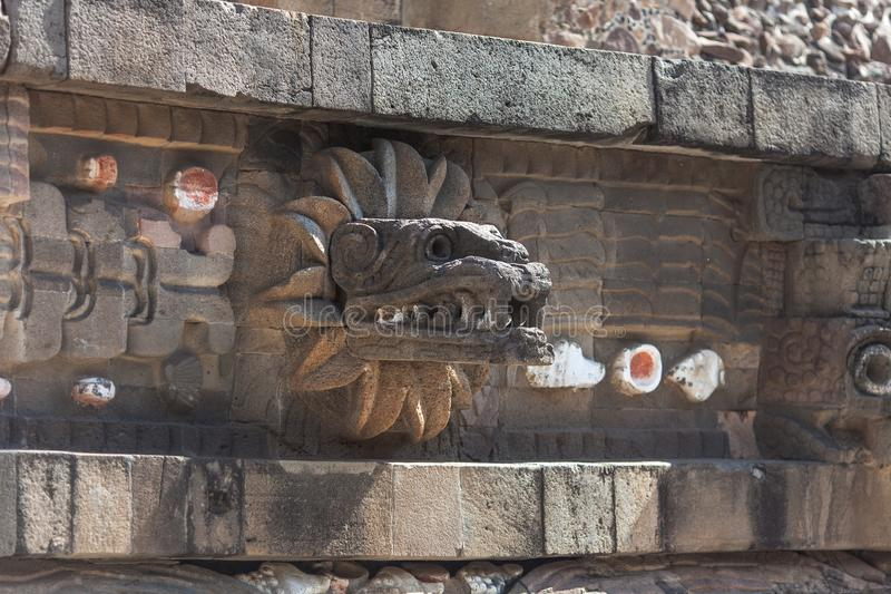 Tempel van het Bevederde Serpent Muurdetail in Teotihuacan-complexe piramide stock afbeeldingen