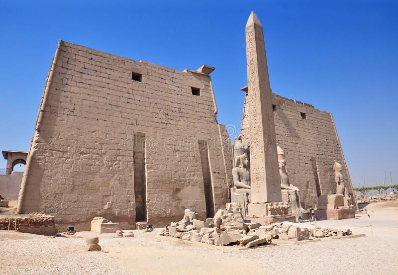 Tempel van Luxor en obelisk, Egypte Ingang aan de Luxor-tempel stock afbeelding