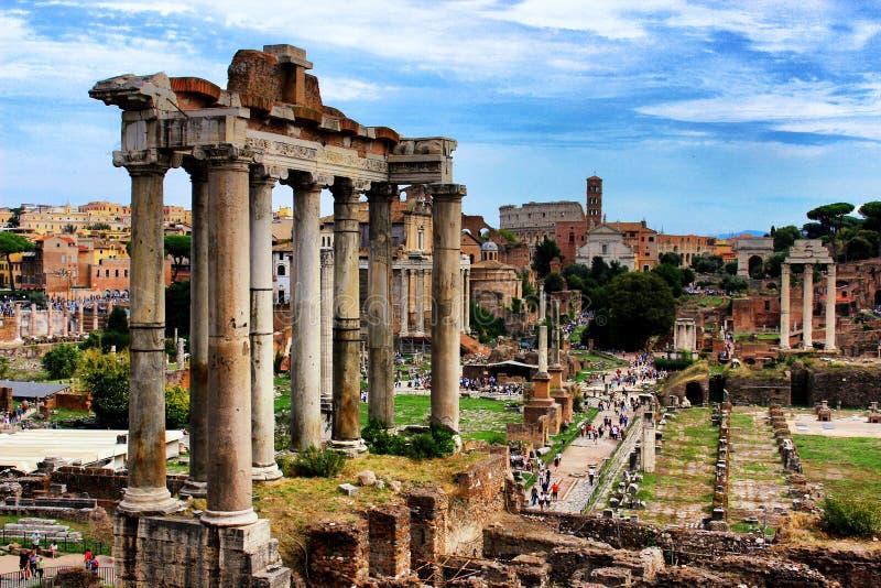 Tempel van Saturn-close-up in Roman Forum bij dag, Rome, Italië stock fotografie