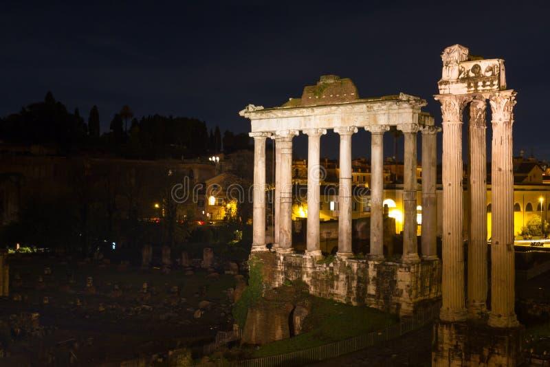 Tempel van Saturn en Vespasian bij nacht stock foto's