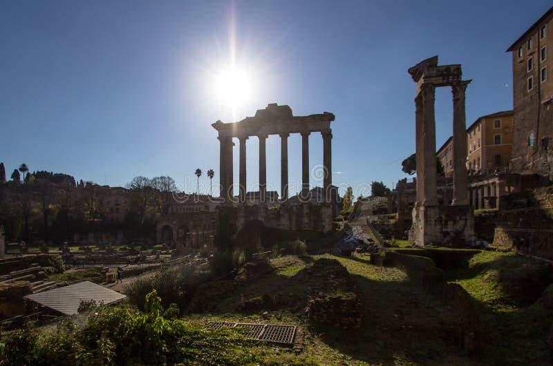 Tempel van Saturn, Roman Forum in Rome, Italië stock afbeeldingen