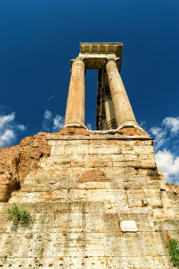 Tempel van Saturnus in het Roman Forum in Rome stock afbeeldingen