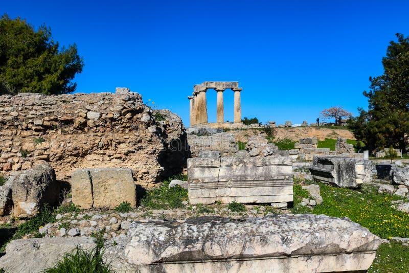 Tempel von Apollo in altem Korinth Griechenland unten angesehen vom hll in den ausgegrabenen Ruinen mit den unidentifizierbaren T stockfoto